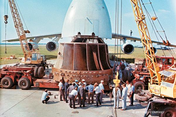The world's first air cargo transportation of large sizes and heavyweight